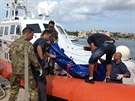 V lampeduském přístavu vynášejí tělo oběti lodního neštěstí z člunu. (3. října...