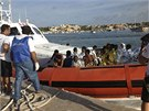 Pob�e�n� hl�dka p�iv�� zachr�n�n� uprchl�ky na Lampedusu. (3. ��jna 2013)