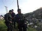 Speciální pořádková jednotka UPP hlídkuje ve slumovém komplexu Lins. (Rio de...
