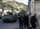 Policisté poblíž armádního obrněného vozidla ve slumové čtvrti Arvore Seca. (6....
