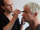 Jan Tögl upravuje make-up zpěváka Kryštofa Michala z kapely Portless při focení...