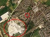 Satelitní mapa městečka Yatton v hrabství Somerset. Ve velkém kruhu továrna, ze...
