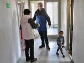 Úředníci v Karviné kontrolují ubytovny, na snímku jsou v Předvoji. (1. října