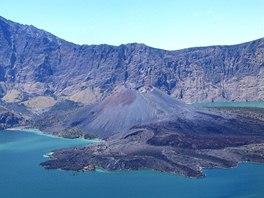 Na místě sopky se vytvořilo jezero Segara Anak.