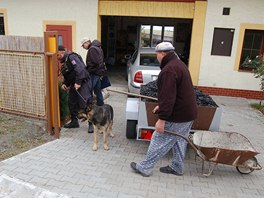 Policisté prohledávají okolí pošty ve Skřipově na Opavsku, kde někdo zavraždil
