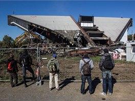 Lidé z Frýdku-Místku bourání haly pozorují. Mnoho z nich s demolicí nesouhlasí.