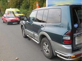 Šedesátiletý řidič srazil na přechodu chodce a ten při pádu narazil do vedle