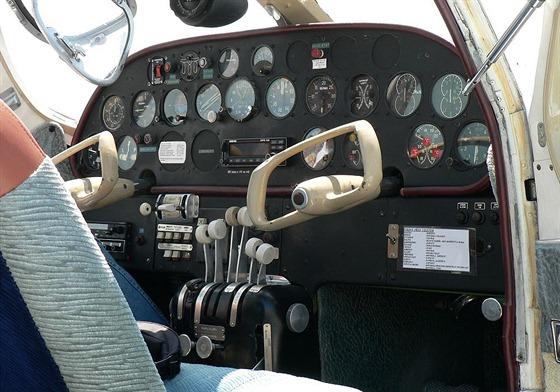 Pohled do kabiny. Charakteristický volant ručního řízení je práce známého průmyslového designéra Otakara Diblíka.