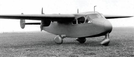 Praga E.210 v době, kdy už měla příďový podvozek a trojitou směrovku.