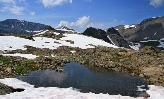 Při výstupu do sedla Col de la Terrasse (2 648 m) procházíme kolem malebného