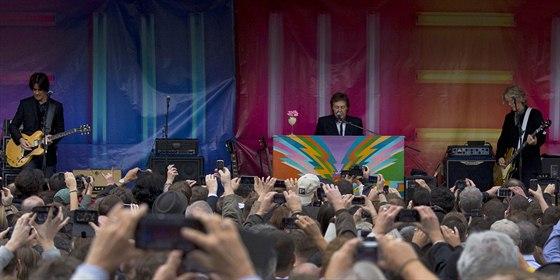 Paul McCartney s kapelou v londýnské Covent Garden