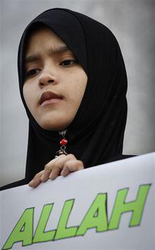 Muslimská dívka se slovem Alláh na demonstraci před malajsijským odvolacím