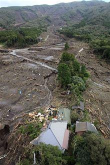 Po tajfunu zasáhl ostrůvek Ošima sesuv půdy. Meteorologové označili tajfun