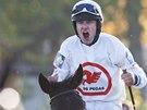 VÍTĚZ. Žokej Jan Faltejsek neskrýval po vyhraném závodě emoce.