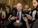 Republikánský senátor John McCain odpovídá na dotazy novinářů po dopoledním...
