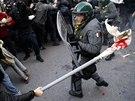 Skupiny maskovaných účastníků pochodu vyprovokovaly policii k akci před...