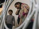 Na snímku stojí patnáctiletá Leonarda se svým mladším bratrem na schodech domu...