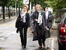 Aktéři kauzy MUS přicházejí se svými právníky k soudu ve švýcarské Bellinzoně.
