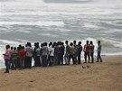 K Indii se blíží silný cyklon. Obyvatelé oblasti Ganjam sledují vzedmuté vlny