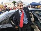 Cameron Kerry vystupuje z auta na Mírovém náměstí v Horním Benešově na