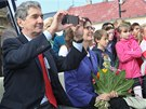 Cameron Kerry si v Horním Benešově natáčí vystoupení místních školáků. (14.