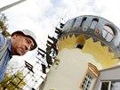 Věž s pestrobarevnou kopulí vystavěl devětašedesátiletý Bernard Zich.