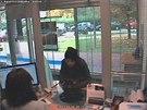 Na bankovní úřednici vytáhl lupič pistoli.