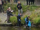 Policisté našli pod Barrandovským mostem torzo lidského těla (10. října 2013).