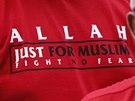 Alláh jen pro muslimy, hlásá nápis na tričku muže, který přišel podpořit