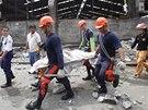 Záchranáři odnášejí těla obětí úterního zemětřesení. Na ostrově Cebu se v