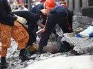 Záchranáři vyprošťují v přístavu Pasil na filipínském ostrově Cebu jednu z
