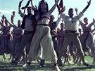 Záběr z filmu Tanec mezi střepinami