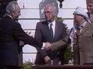Symbolické podání rukou. Arafat uzavírá v Oslo historickou mírovou dohodu s Izraelem