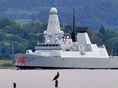 Torpédoborec HMS Dragon vyplouvá ze základny Clyde ve Skotsku