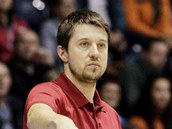 Tren�r Du�an Bohunick� ��d� hru basketbalist� Pardubic.