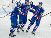 �eský úto�ník Roman �ervenka (vpravo) se raduje z gólu svého Petrohradu.