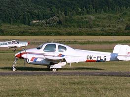 LET L-200A Morava, vzadu přistává Zlin Z-43.