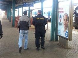 Pracovník celní správy odvádí na pardubickém hlavním nádraží muže zadržené v...