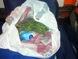 Marihuana nalezená v osobní tašce zadrženého muže.