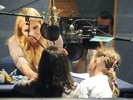 Ivana Gottová a její dcery při nahrávání Andělských pohádek ve studiu