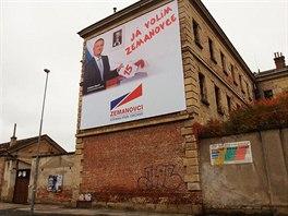 Jeden z obřích plakátů Zemanovců na stěně bývalé věznice v Uherském Hradišti.