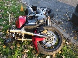 Motorkář svůj stroj nezvládl pravděpodobně při riskantním manévru.