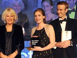Vítězka Man Bookerovy ceny, Novozélanďanka Eleanor Cattonová (uprostřed) s