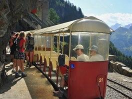 Na trati k přehradě Lac de Emosson jezdí otevřené vagony umožňující fantastické
