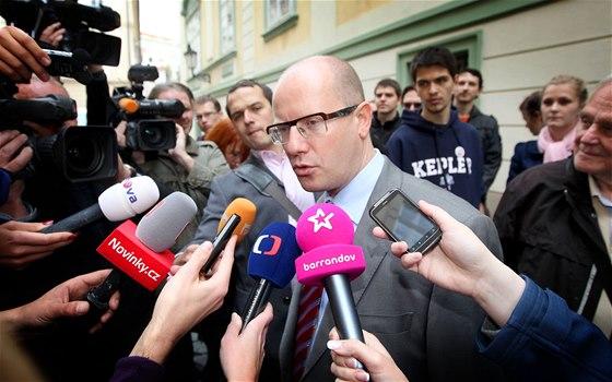 Bohuslav Sobotka odpov�d� an dotazy novin��� p�i p��chodu do Poslaneck�