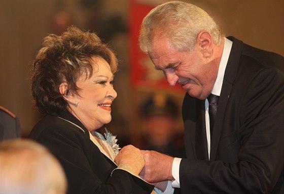 Herečka Jiřina Bohdalová přebírá od prezidenta Miloše Zemana státní vyznamenání