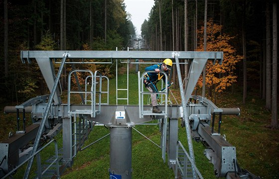 Pracovník lyžařského střediska na Ještědu v Liberci provádí běžnou údržbu na...