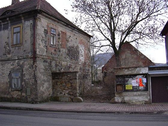 Vjezd vedle fary, v pozadí štít stodol (stav v roce 2004), v patře fary je...