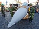 Švédští technici zkompletovali na Hradčanském náěstí maketu Saab JAS-39...
