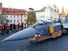 Švédští technici zkompletovali na Hradčanském náměstí maketu Saab JAS-39...